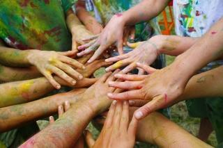 Viele Hände arbeiten zusammen